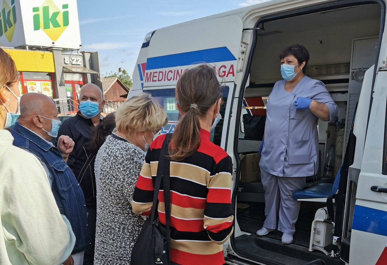 """2021 m. rugpjūčio 18 d. VšĮ Varėnos pirminės sveikatos priežiūros centro darbuotojai vakcinavo rajono gyventojus nuo COVID-19 ligos prie prekybos centro """" IKI"""" Sporto g.. Šio išvažiavimo metu buvo paskiepyti 67 asmenys."""