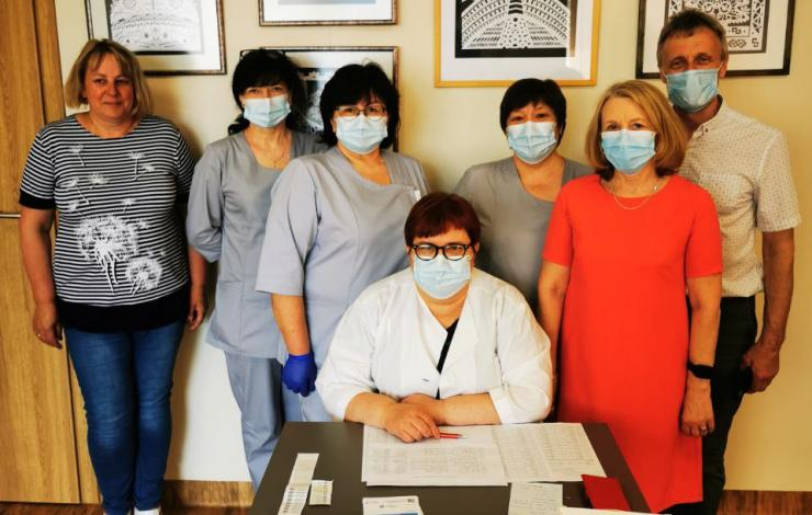 Birželio 8 d. VšĮ Varėnos pirminės sveikatos priežiūros centro slaugytojos Jakėnų seniūnijoje revakcinavo gyventojus nuo COVID-19 ligos