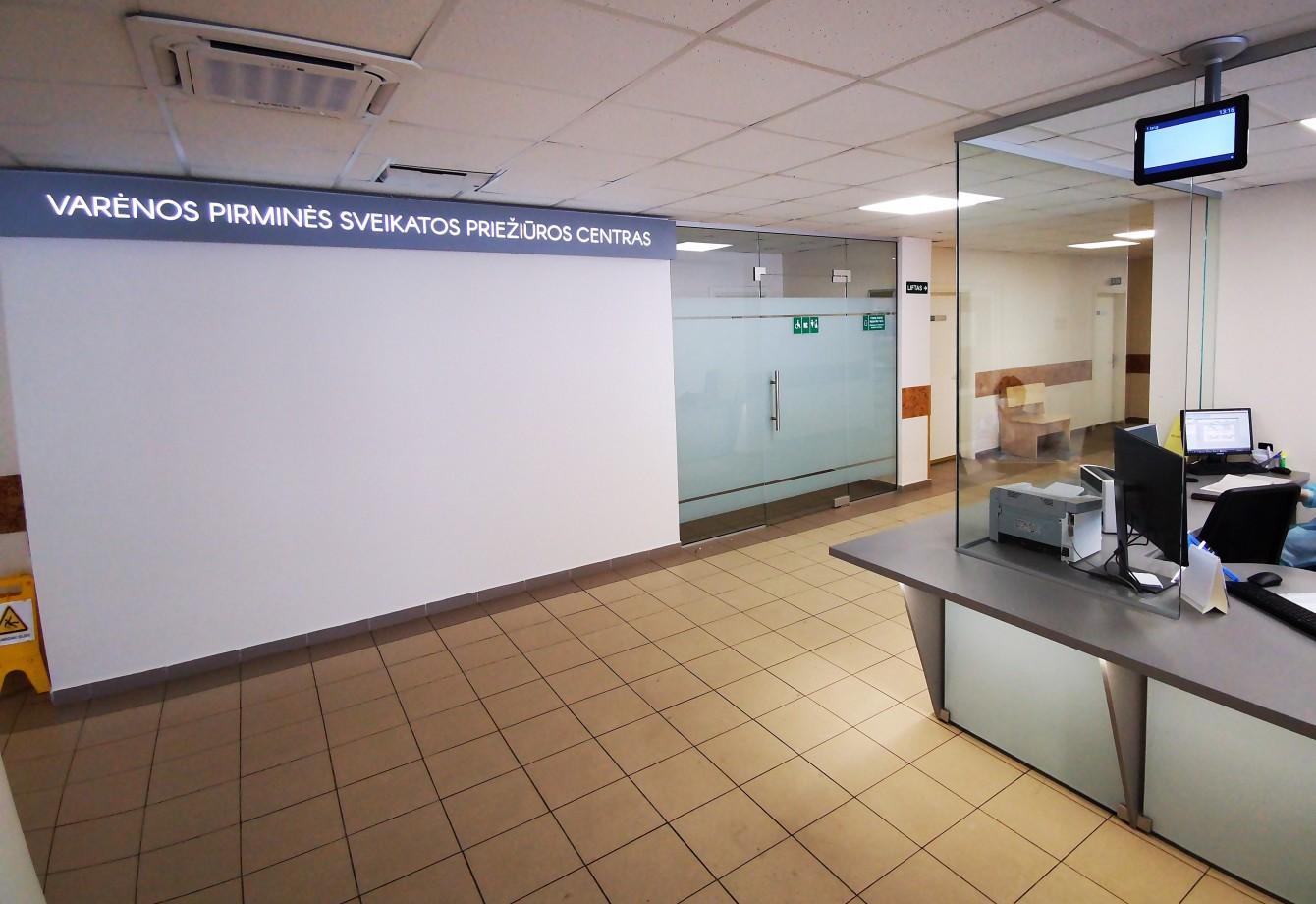 Vakcinacija nuo COVID-19 ligos nuo rugsėjo 1 d. vyks Varėnos PSPC patalpose I aukšte (buvusi kavinė), atvykti reikės per centrinį įėjimą.