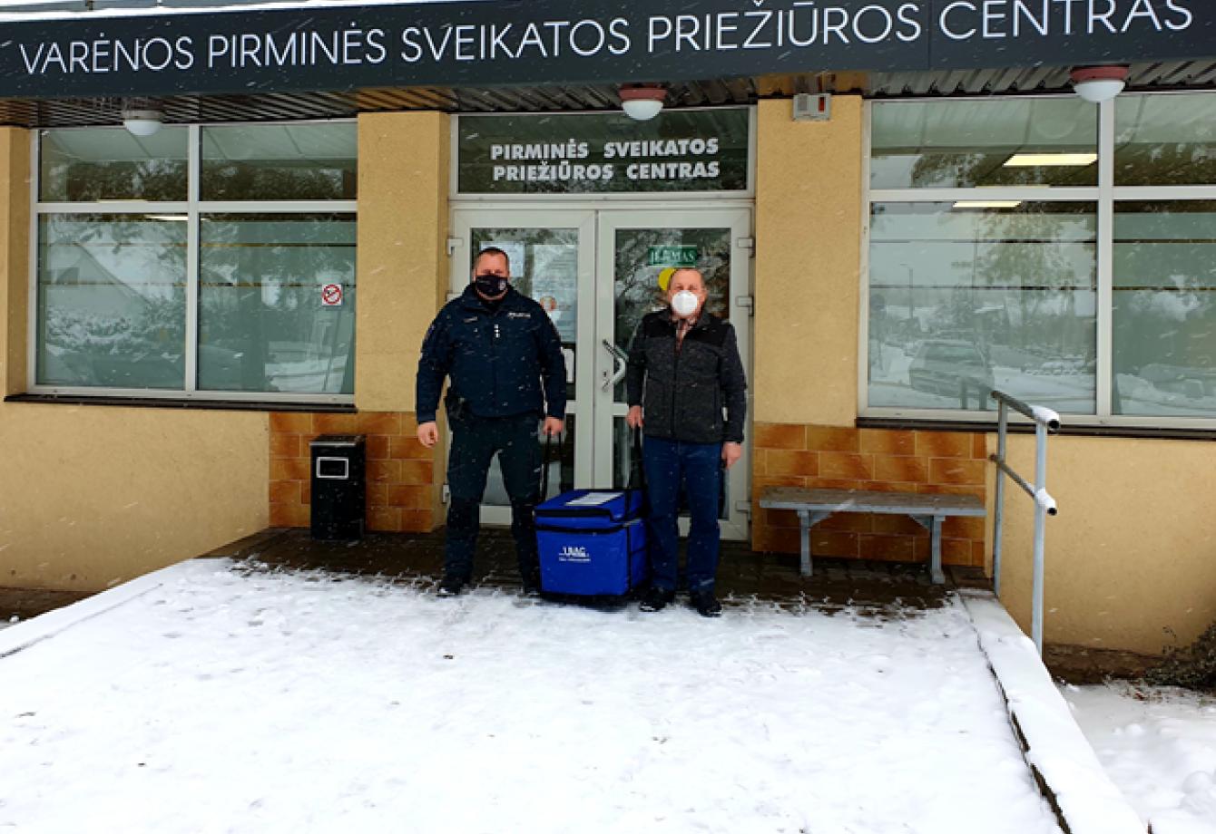 2021-01-13 į Varėnos pirminės sveikatos priežiūros centrą su Varėnos rajono policijos komisariato pareigūno palyda atkeliavo Comirnaty (BioNTech & Pfizer) COVID-19 vakcina.