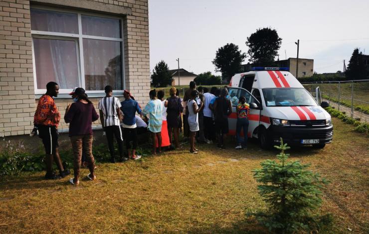 VšĮ Varėnos PSPC darbuotojai Vydenių kaime vykdė nelegaliai Lietuvos Respublikos sieną kirtusių migrantų testavimą dėl COVID-19 ligos