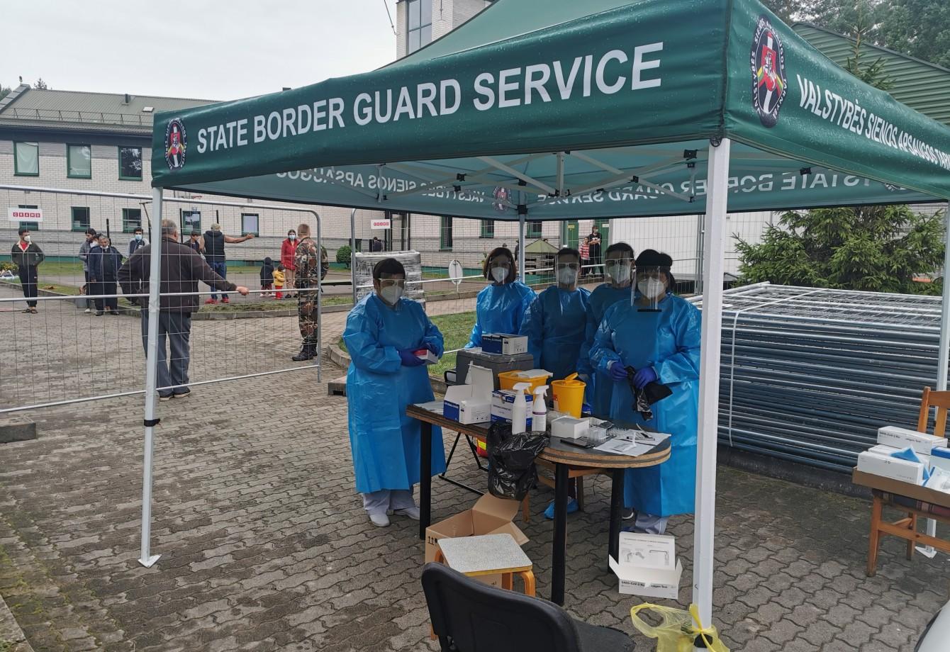 2021 m. rugpjūčio 30 d. VšĮ Varėnos pirminės sveikatos priežiūros centro darbuotojai testavo ir vakcinavo nuo COVID-19 ligos, VSAT Varėnos pasienio rinktinės A. Barausko užkardoje apgyvendintus nelegaliai Lietuvos Respublikos sieną kirtusius migrantus.